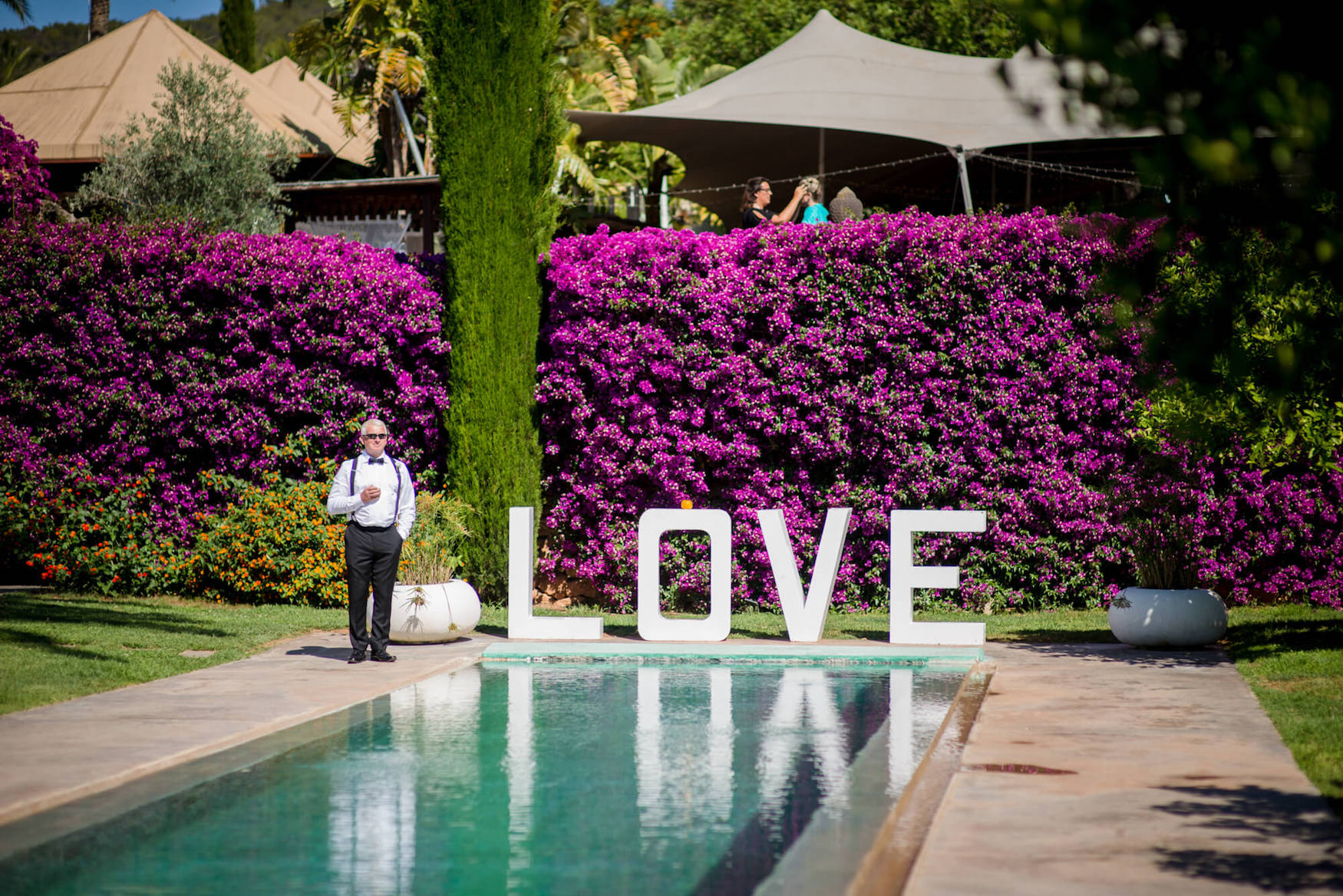love sign poolside guest arrival