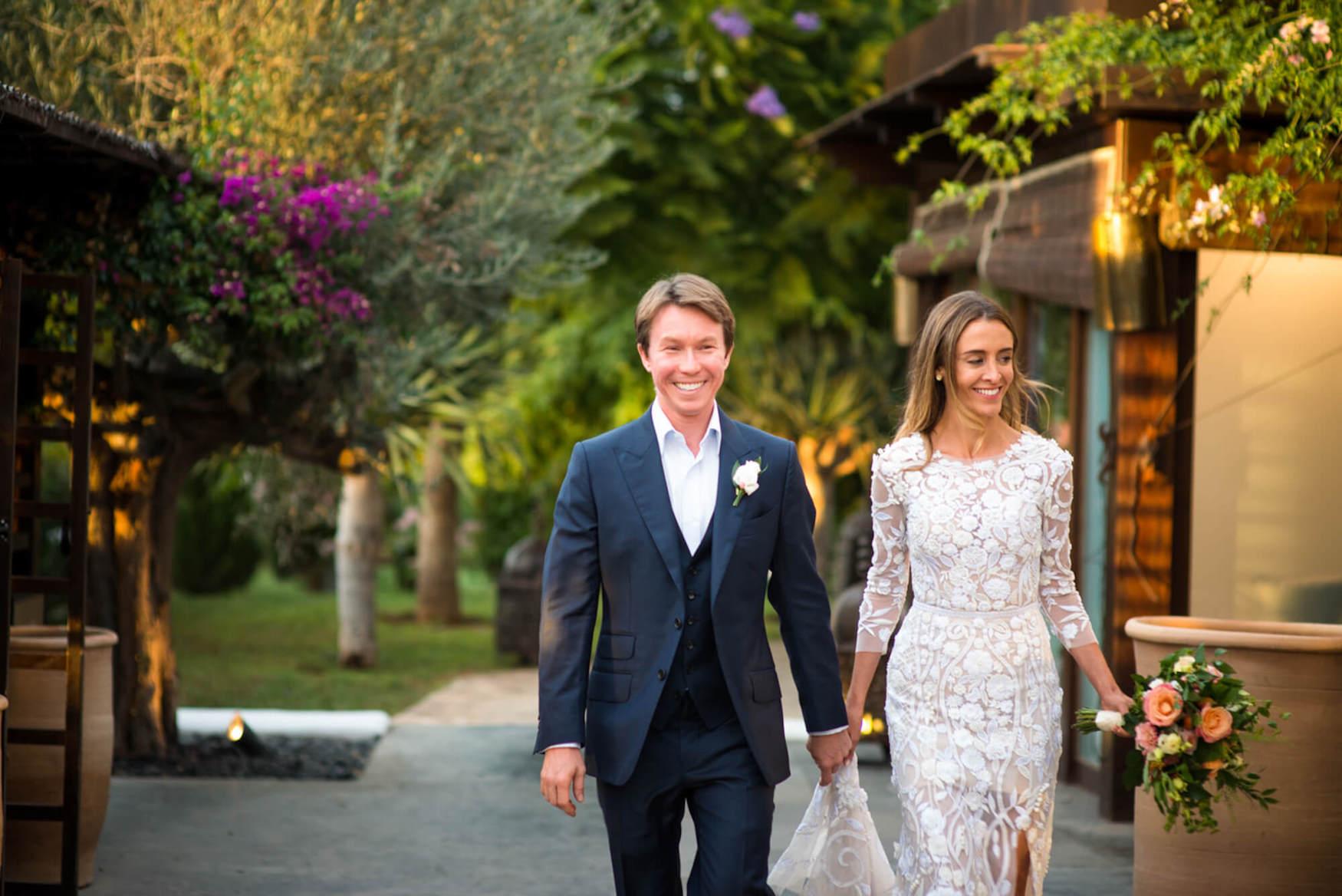 bride groom entering dinner rural hotel sunset happy hermoine de paula dress