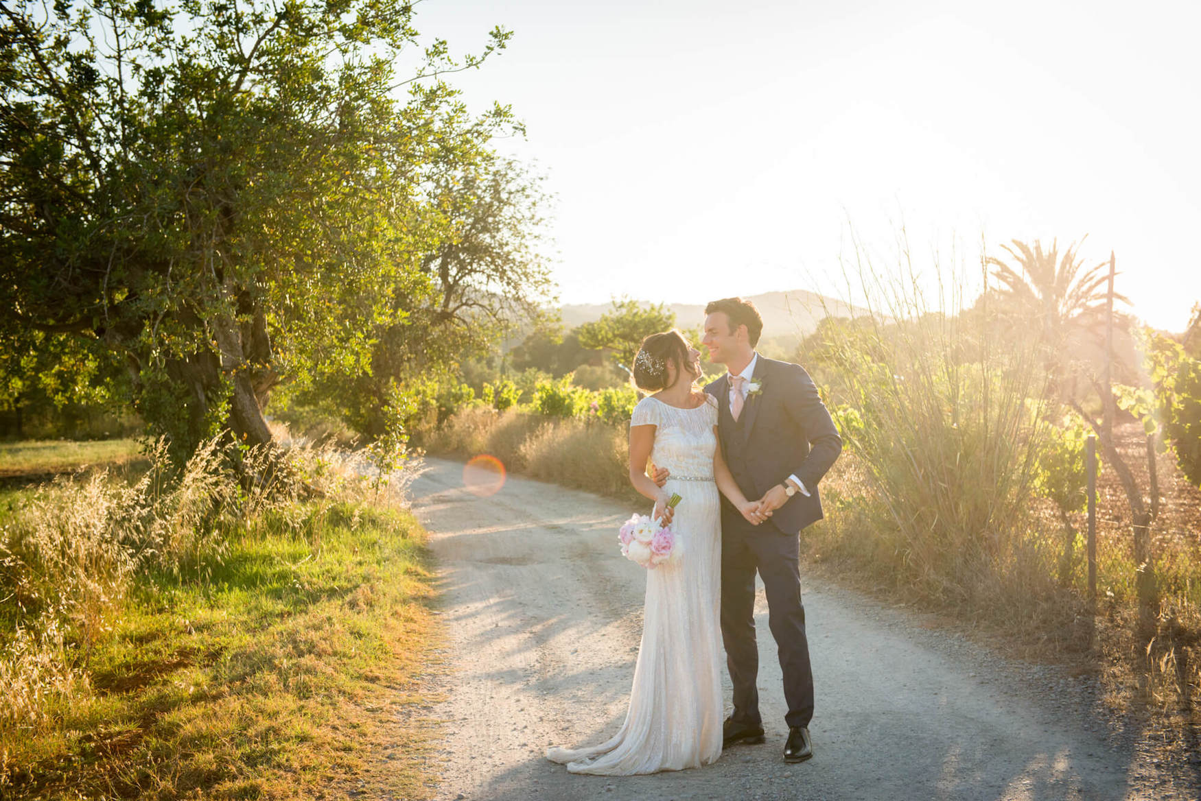 bride groom dance country path campo camino carob tree sunset light