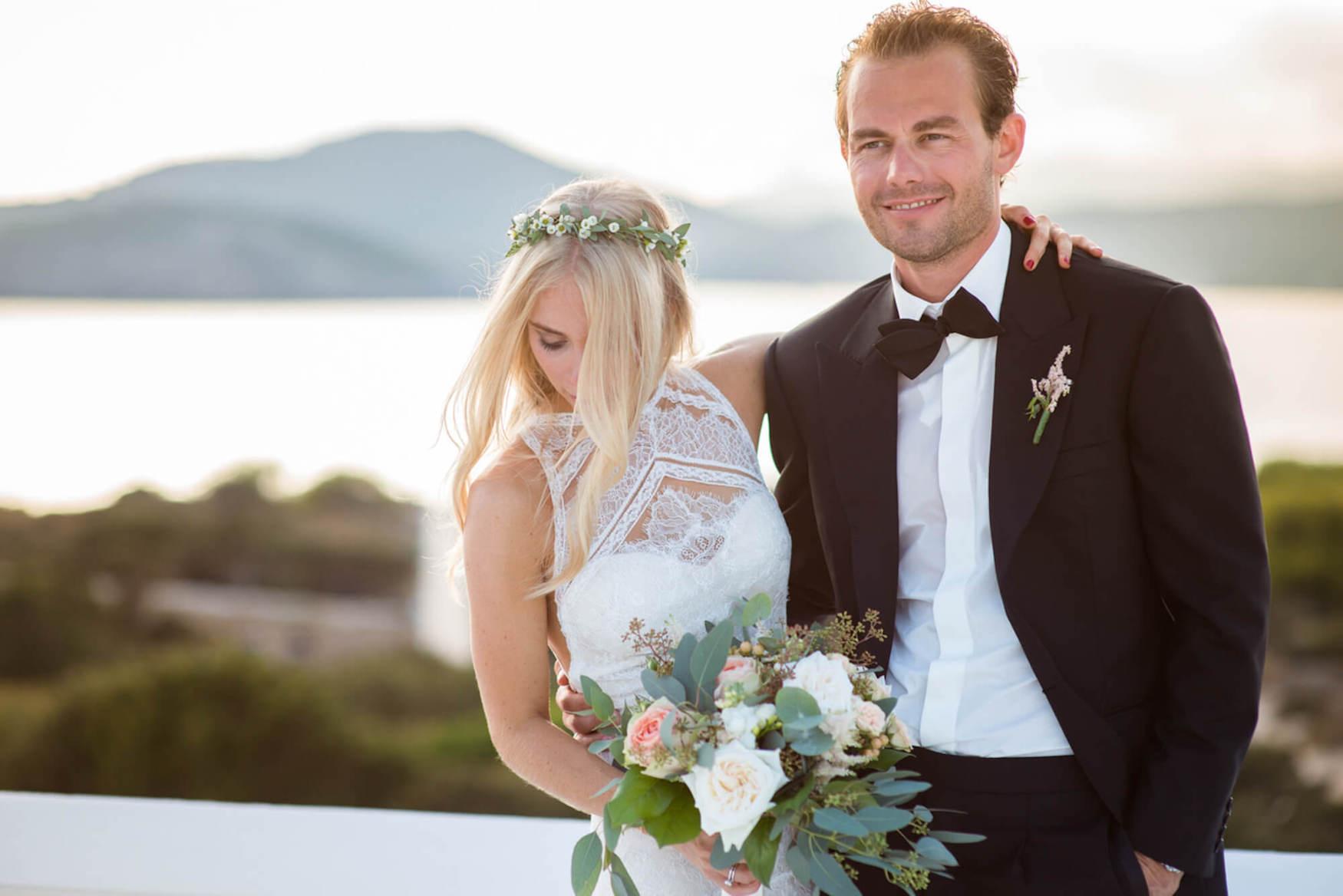 bride groom sunset kissgolden hour black tie flower crown pronovias dress