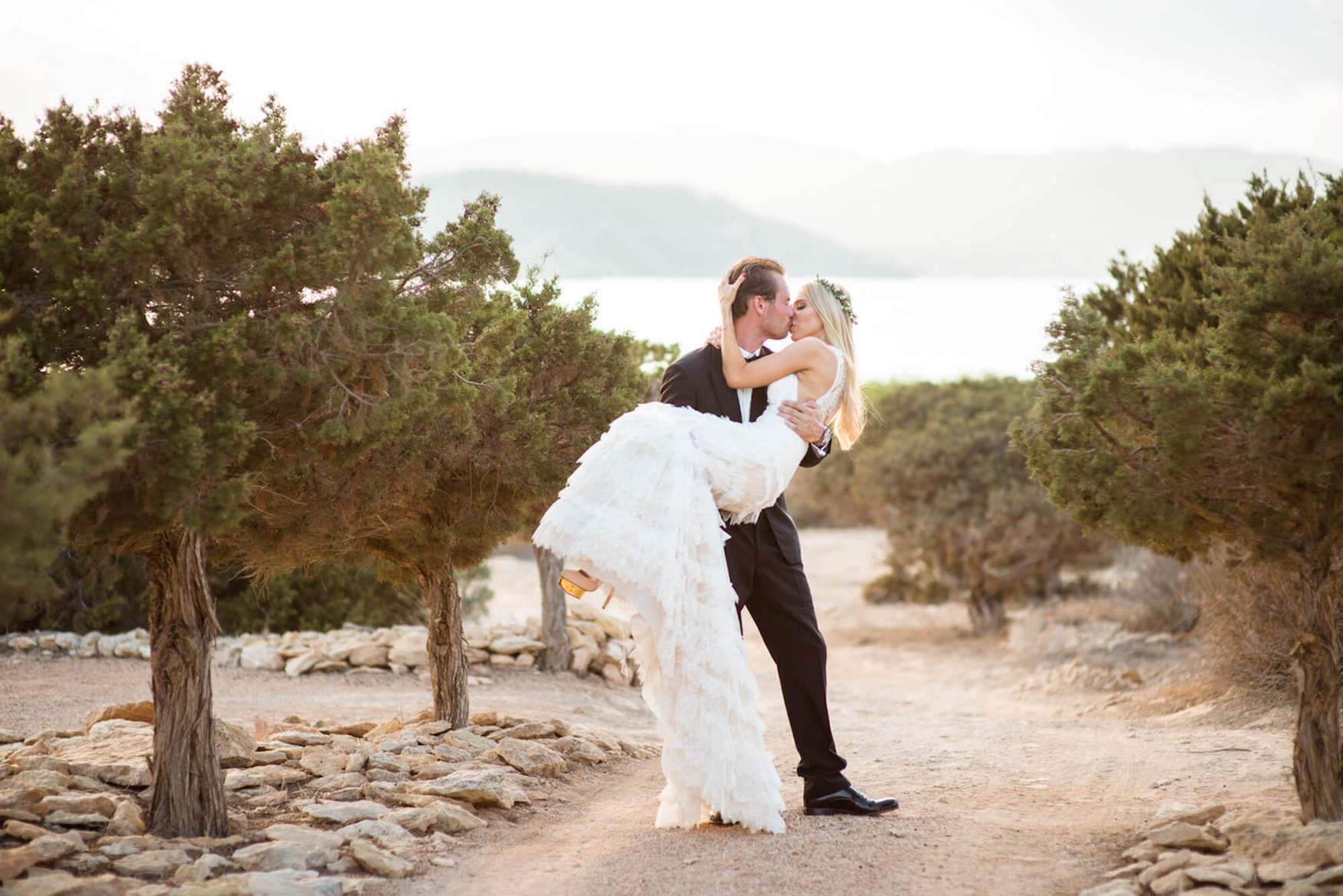 bride groom sunset kiss black tie flower crown pronovias dress